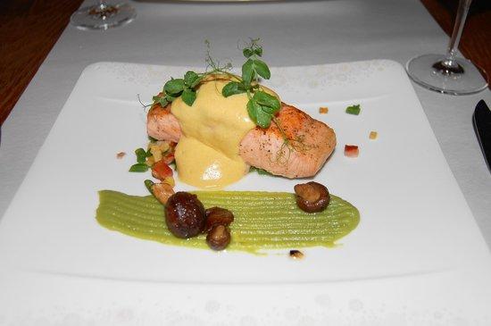 Assiette Blanche: メインのサーモン料理