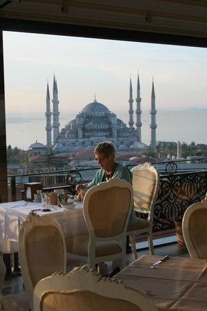 Rast Hotel : breakfast with the Blue Mosque