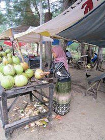 Lombang Beach: Fresh coconut stall