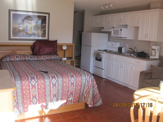 Sandy Beach Motel: room