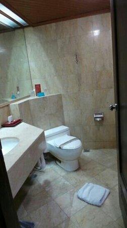 Kartika Chandra Hotel: bathroom superior room on 4th floor
