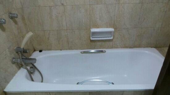 Kartika Chandra Hotel: old shower, superior room on 4th floor
