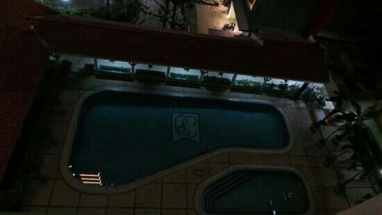 Kartika Chandra Hotel: pool at night