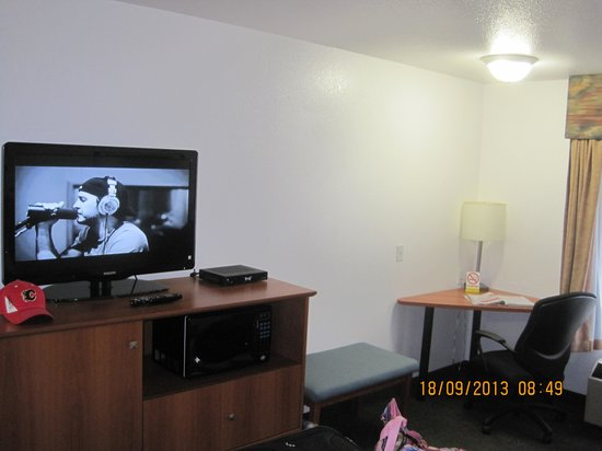 Super 8 Calgary Shawnessy Area: TV and corner desk