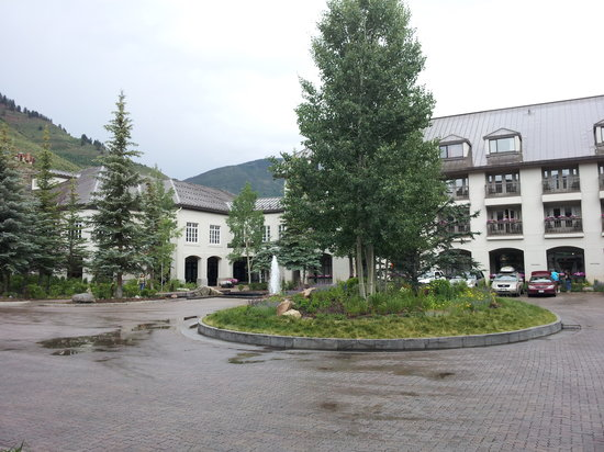 Vail Cascade Resort & Spa : hotel from driveway