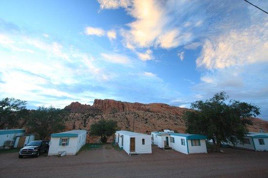 Anasazi Inn at Tsegi: Derrière les chambres !