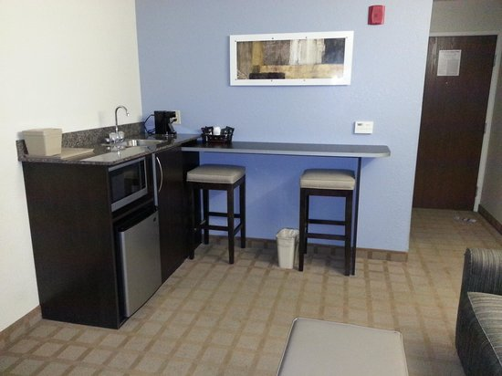 Microtel Inn & Suites by Wyndham Hoover/Birmingham : Queen Suite. Mini bar area with mini fridge, microwave, and coffee maker.