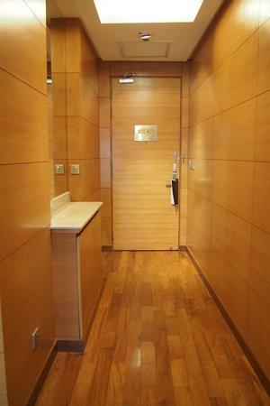 เดอะการ์เด้น โฮเต็ล แอนด์ เรสสิเดนซ์: Door