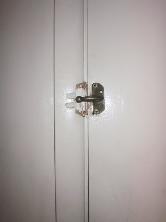 Apollo Motor Inn: security lock broken off