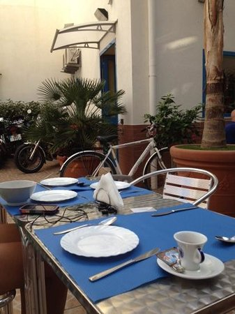 Bed and Breakfast Al Baglio: breakfast I'm the courtyard