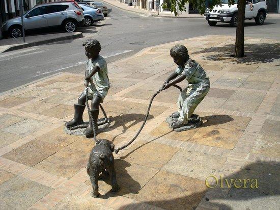 Olvera, España: Niños jugando en la calle