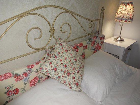 Lambert Guest House: кровать в номере