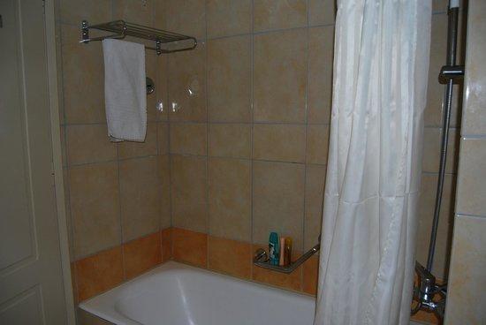 Alexandra Hotel: bagno-vasca con mensole