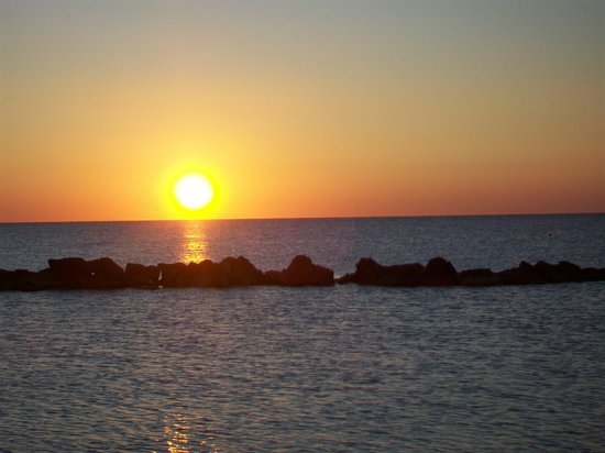 Sympathy Hotel: l'aurora dalla spiaggia di Martinsicuro