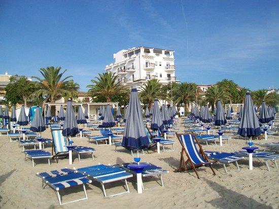 Sympathy Hotel: la spiaggia e l'hotel Sympathy
