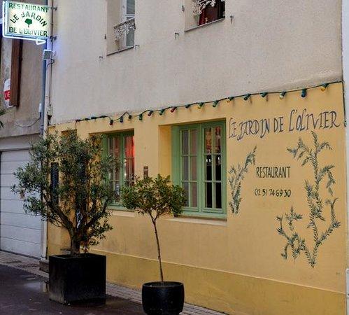 Le jardin de L'olivier : Côté rue des sables