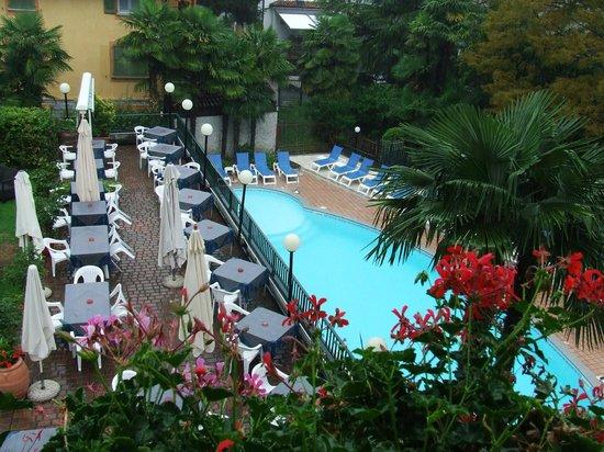 Hotel Flora - Stresa : Zimmersicht auf den Pool