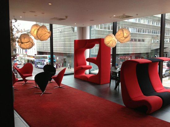 citizenM Glasgow: Reception - big windows and cool seats