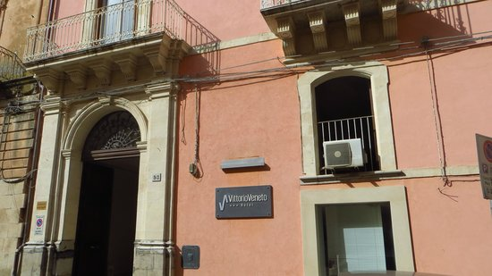 Hotel Vittorio Veneto: entrance to the hotel