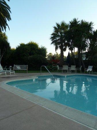 El Pueblo Inn: Pool at dusk