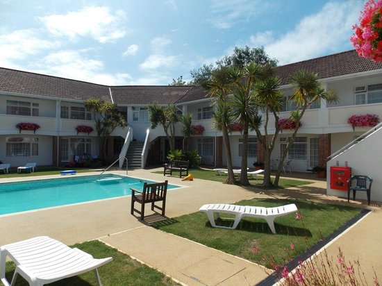 Del Mar Court Self Catering Apartments: Del Mar Court Apartments and pool area