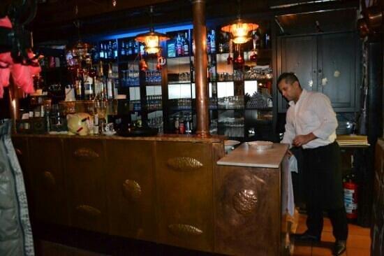 Monte Palma: Der Inhaber an der Theke mit Lde Beleuchtung