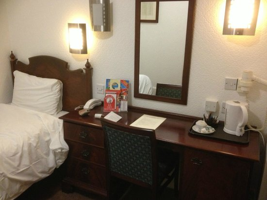 North Stafford Hotel: Bed and table - fine