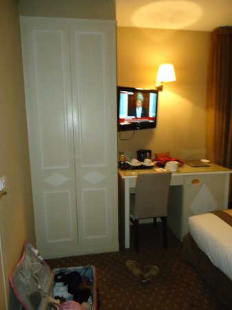 Acacias Etoile Hotel: side view, wardrobe with safe, tv and desk