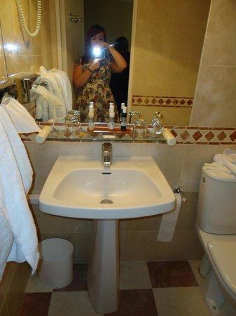 Acacias Etoile Hotel: sink in bathroom