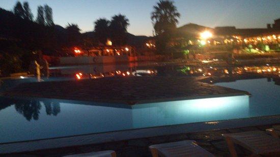Golden Coast Hotel & Bungalows: piscine annime de nuit
