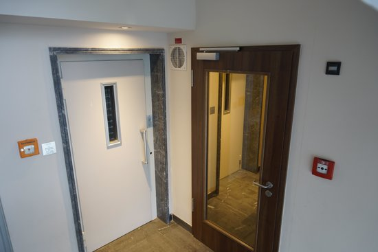 Liv'iN Hotel & Residence Seilerstrasse: Elevator 1 in front, 2nd is behind the glass door