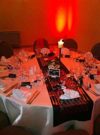 Lucaty: Table ronde avec lumière d'ambiance