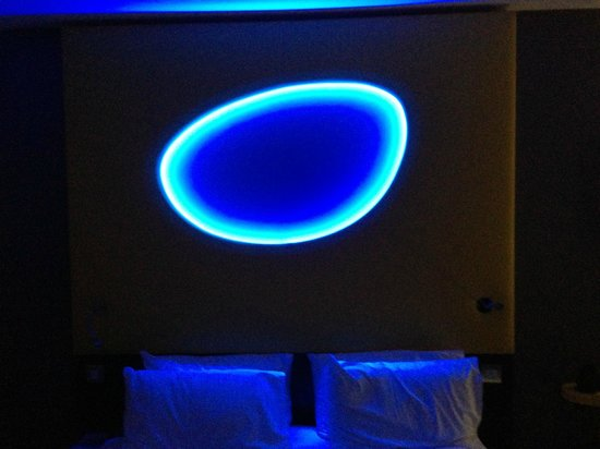 Wave Hotel & Apartments: Flashy room lighting