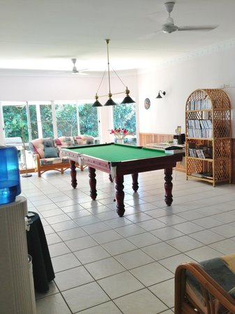 A Tropical Escape B&B: Pool table, books & DVDs