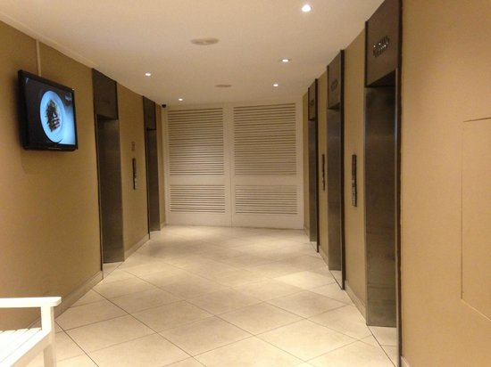 uMhlanga Sands Resort: Lift area next to Lobby