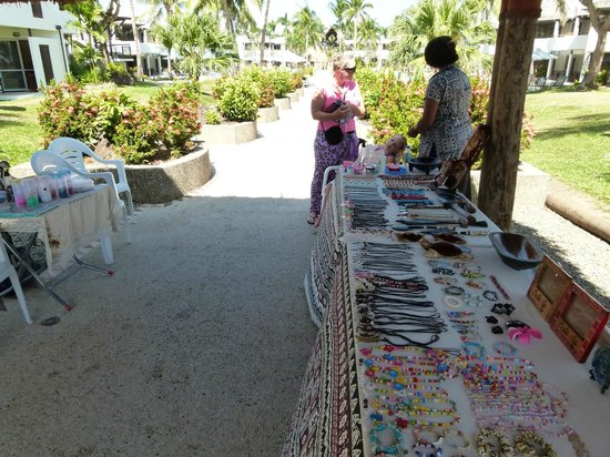 Sheraton Denarau Villas: Trinket and souvenir seller at pool