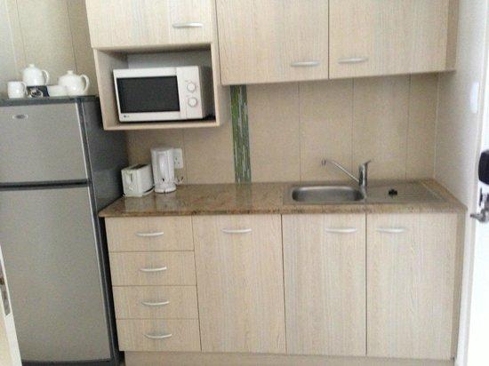 uMhlanga Sands Resort: Kitchenette in Kids bedroom between entrance door and main bedroom