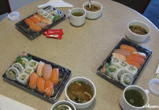 Sushi North: ホテルの部屋で食べました。オーロラセットで北海イワナに変更です。味噌汁は、違います。