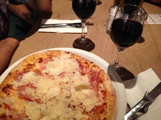 Vapiano: pizza and red wine