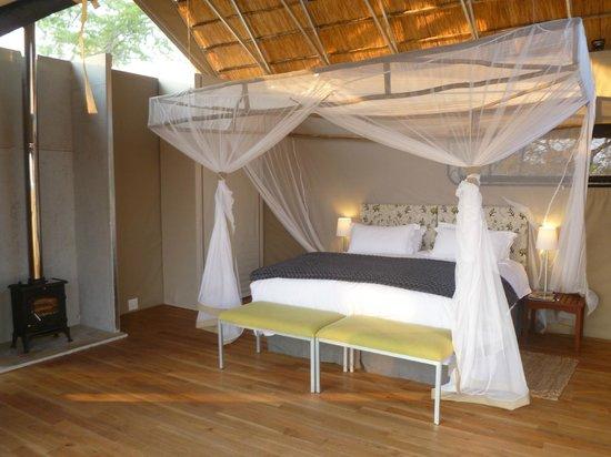 Elephant's Eye, Hwange: Bedroom with fireplace