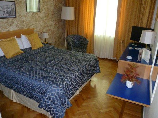 Tirana International Hotel & Conference Centre: Stanza stile classico con parquet di legno