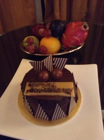 The Villas at Sunway Resort Hotel & Spa: Complimentary cake and fruit bowl