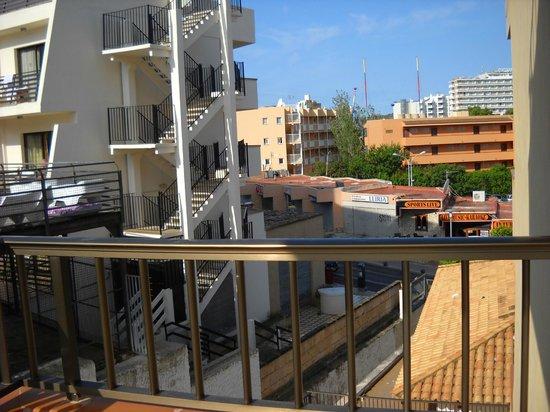 Lively Magaluf Hotel: вид на улицу и соседний отель