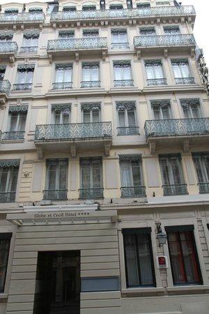 Globe et Cecil : Classic facade of the hotel