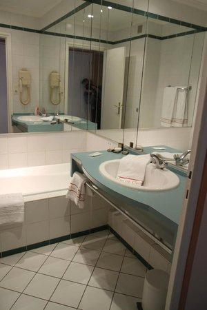 Globe et Cecil: Bathroom had a big bath