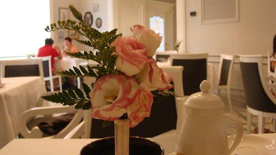 Grand Hotel Santa Lucia: Prima colazione con fiori freschi