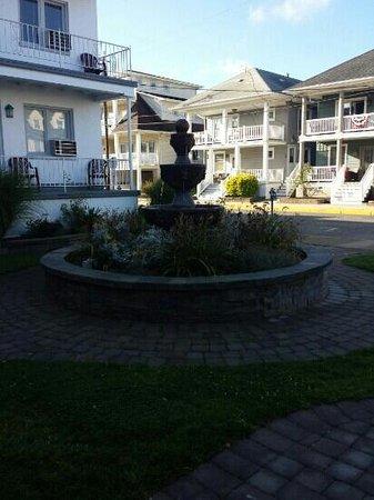 Pavilion Motor Lodge : Fountain outside of Room 810