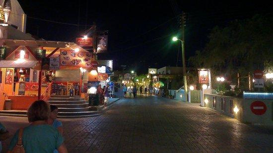 Black Sand Hotel Apartments: Straat met Restaurants in Kamari
