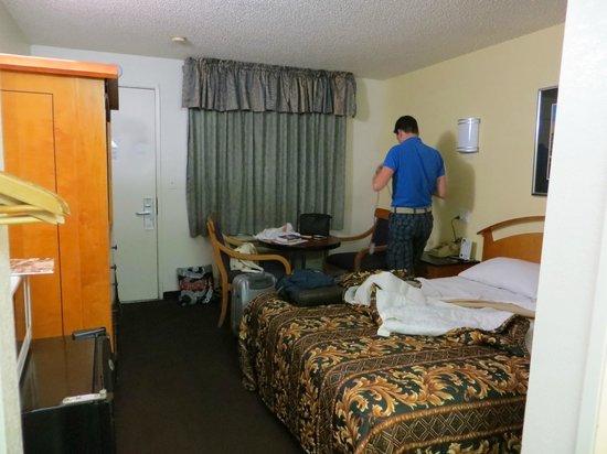 Vagabond Inn Bakersfield North: Kamer #216