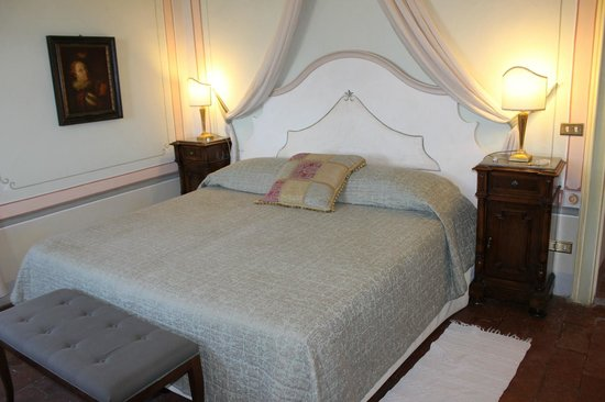 Villa di Monte Solare: Bed in the Deluxe Suite